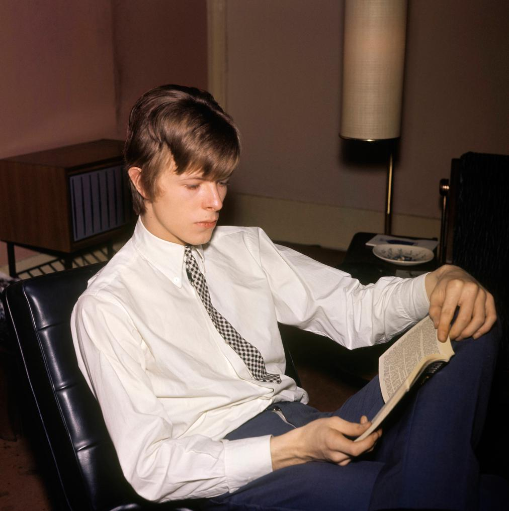 UNITED KINGDOM - JANUARY 01: Photo of David BOWIE; Davie Jones (Davy Jones), posed, c.1965, reading book (Photo by CA/Redferns)