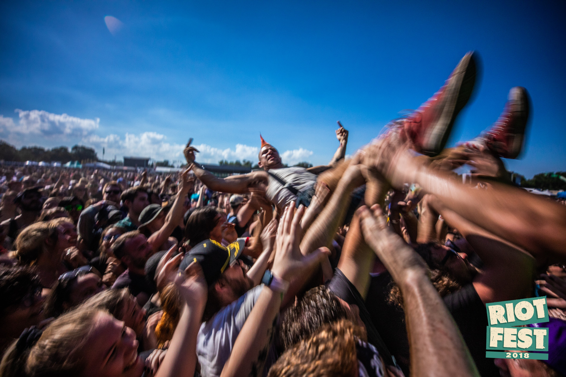girl-crowd-surfing-video-naked